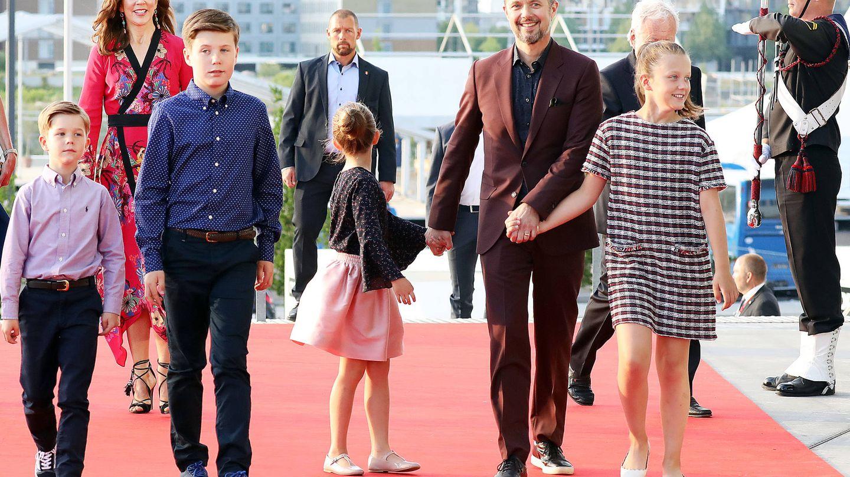 Isabella (a la derecha) con vestido de Zara. (Gtres)