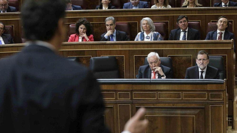 Foto: El presidente del Gobierno, Mariano Rajoy (d), escucha la intervención del líder del PSOE, Pedro Sánchez. (EFE)