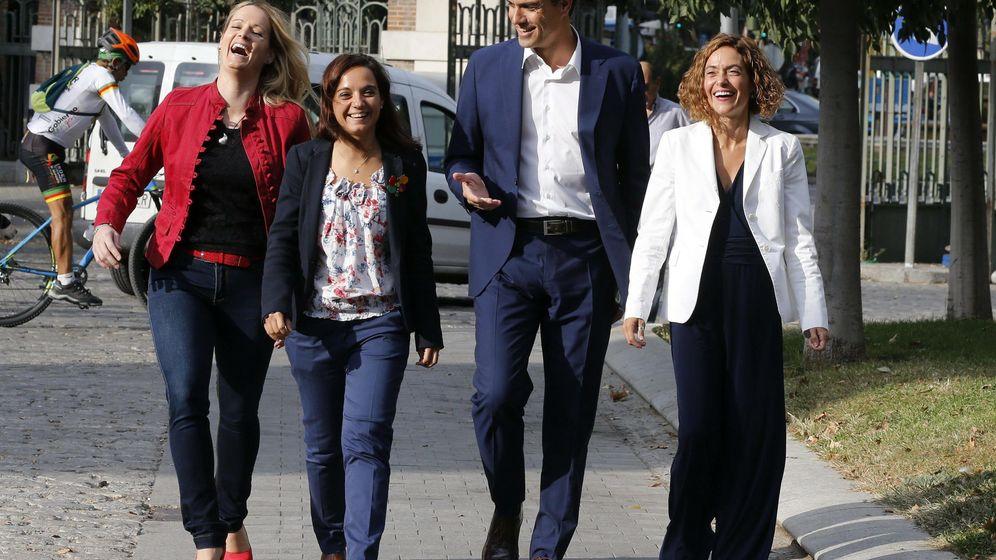 Foto: Pedro Sánchez con Sara Hernández, flanqueado por las números seis y dos de la lista por Madrid, Zaida Cantera y Meritxell Batet, el pasado 30 de septiembre. (EFE)