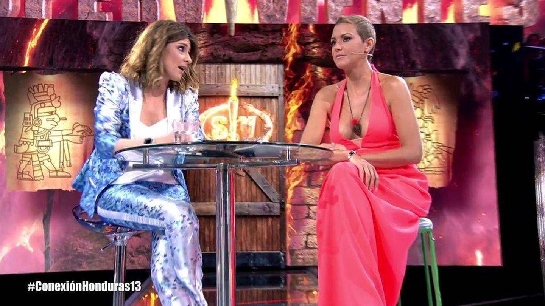 Sandra Barneda preguntando a María Jesús sobre las supuestas infidelidades. (Telecinco)
