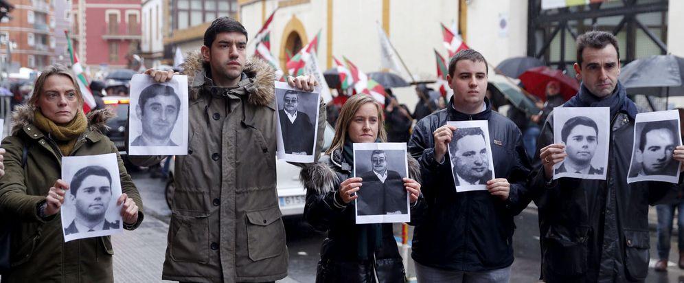 Foto: El PP protesta con fotos de vÍctimas frente al homenaje dispensado en Durango a Zunbeltz Larrea. (EFE)