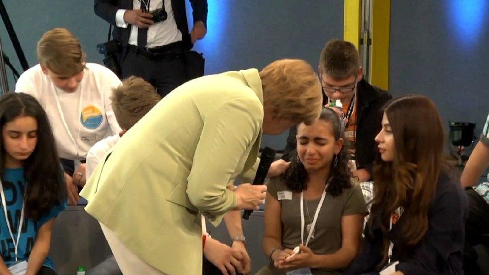 Foto: Angela Merkel intenta animar a una desconsolada niña (NDR/Aktuell)