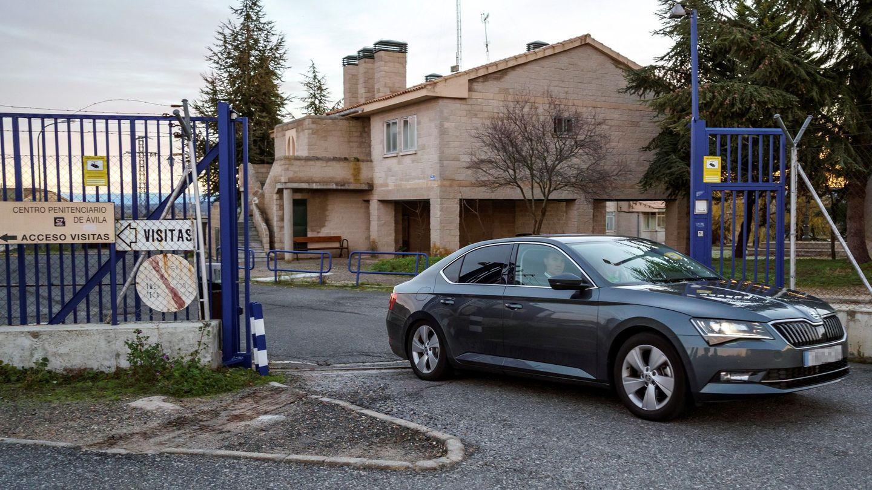 Iñaki Urdangarín sale en coche del Centro Penitenciario de Brieva, el pasado diciembre. (EFE)