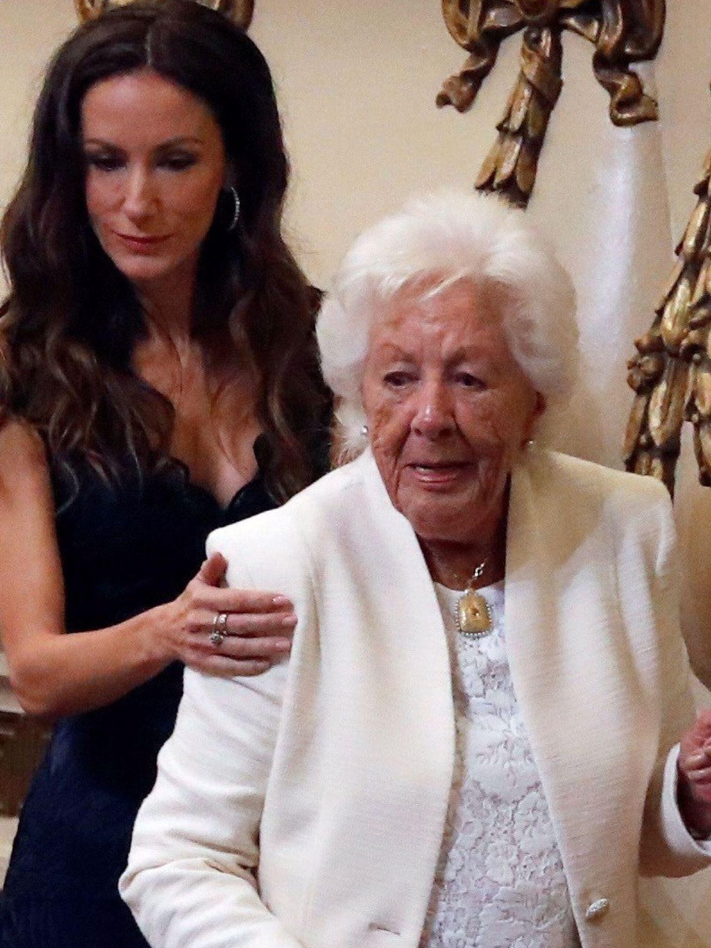 Telma Ortíz, con su abuela, Menchu, que ha fallecido este verano. (EFE)