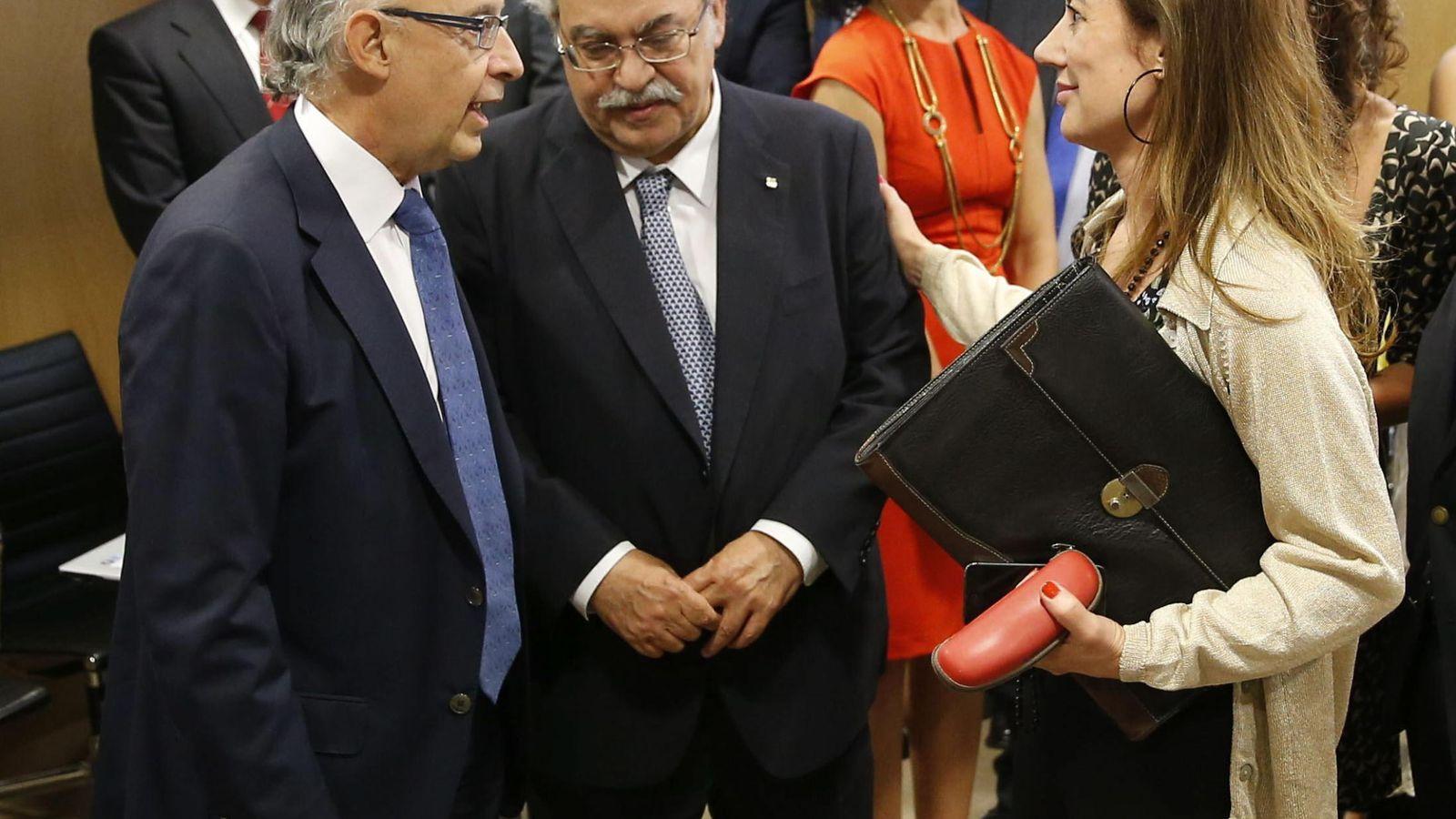 Foto: El ministro de Hacienda, Cristóbal Montoro, saluda al conseller catalán de Economia, Andreu Mas-Colell (EFE)