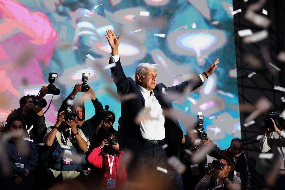 Foto: Cientos de simpatizantes del izquierdista Andrés Manuel López Obrador lo aclaman durante su llegada a la plaza de la Constitución de Ciudad de México. (EFE)