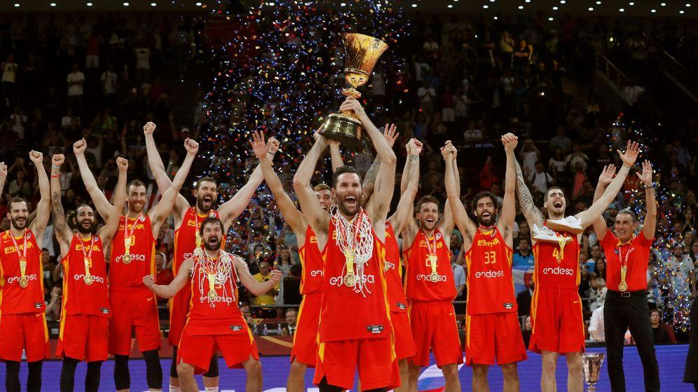 Foto: La selección española de baloncesto alza la Copa tras proclamarse campeones del mundo. (EFE)