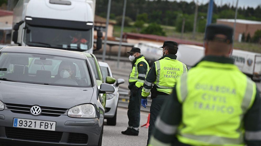 Foto: Miembros de la Guardia Civil realizan un control de tráfico. (EFE)
