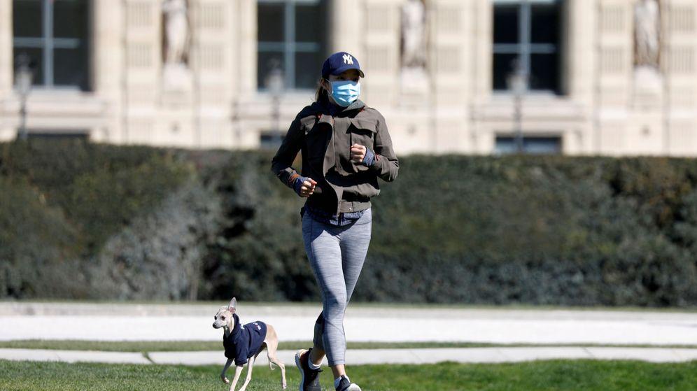 Foto: Una mujer hace ejercicio junto a su perro en el Jardín de las Tullerías, en París. (Reuters)