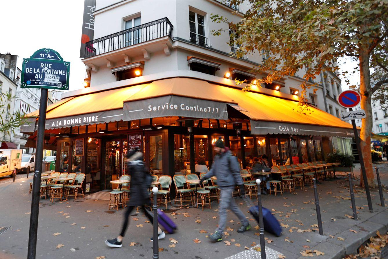 Foto: Imagen del café A La Bonne Biere, uno de los escenarios de los ataques de París, un año después (Reuters).