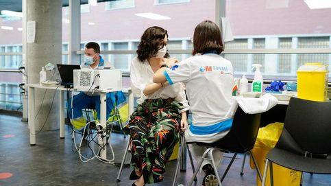 Ayuso se vacuna con Pfizer contra el covid-19 en el WiZink Center