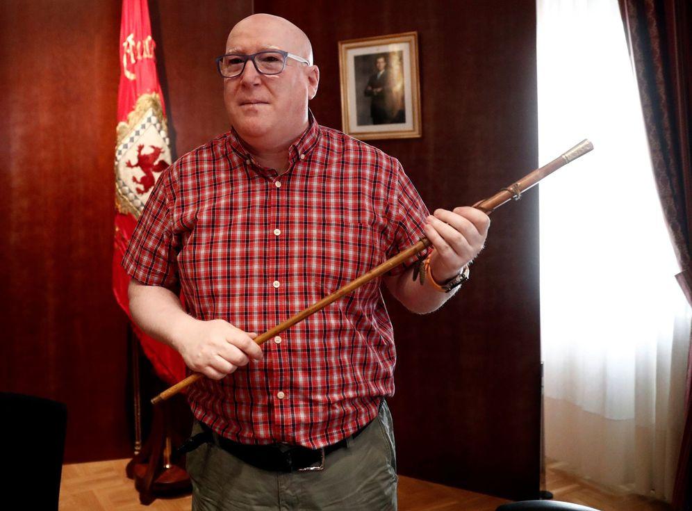 Foto: Alfredo Arruiz toma la vara de mando de Huarte tras ser investido alcalde este martes. (EFE)
