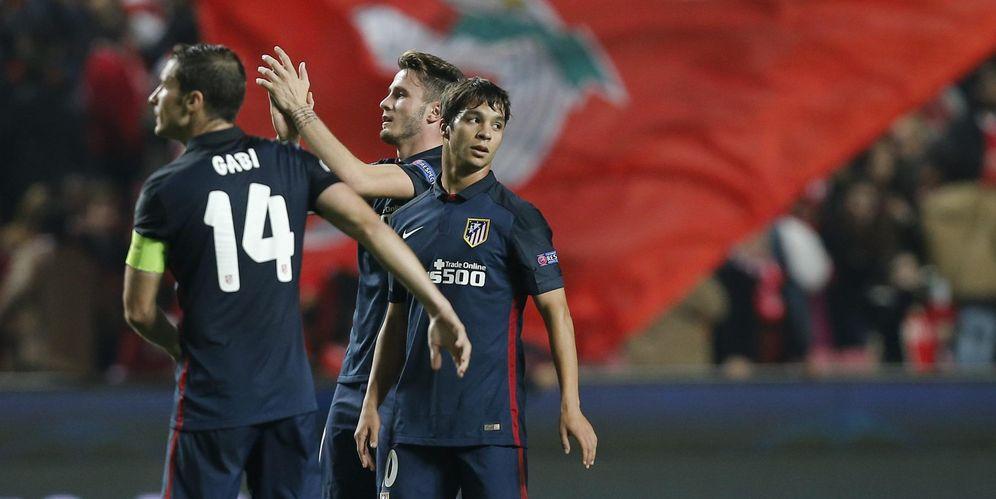 Foto: En la imagen, Saúl Ñíguez y Óliver Torres, con la presencia de Gabi, tras ganar al Benfica en Lisboa esta temporada (Cordon Press)