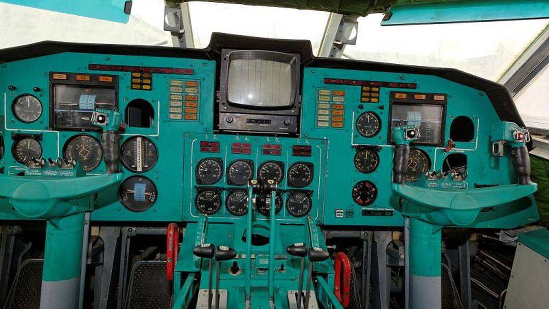 Cabina de pilotos del Lun, casi igual a la de cualquier avio?n de entonces (Igor113)