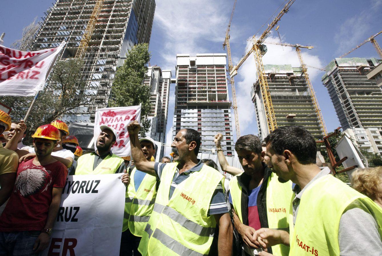 Foto: Trabajadores de la construcción protestan frente a las obras de un proyecto residencial donde se produjeron accidentes laborales, en Estambul (Reuters).