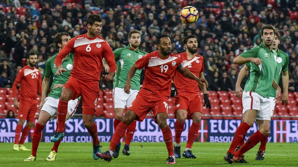 Foto: El tunecinio Saber Khalifa despeja un balón durante las selecciones de Euskadi y Túnez disputaron en San Mamés. (EFE)