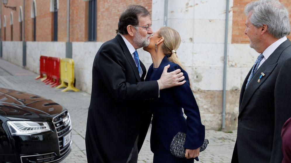 Foto: El presidente del Gobierno, Mariano Rajoy, saluda a la presidenta de la Comunidad de Madrid, Cristina Cifuentes, el pasado lunes. (EFE)