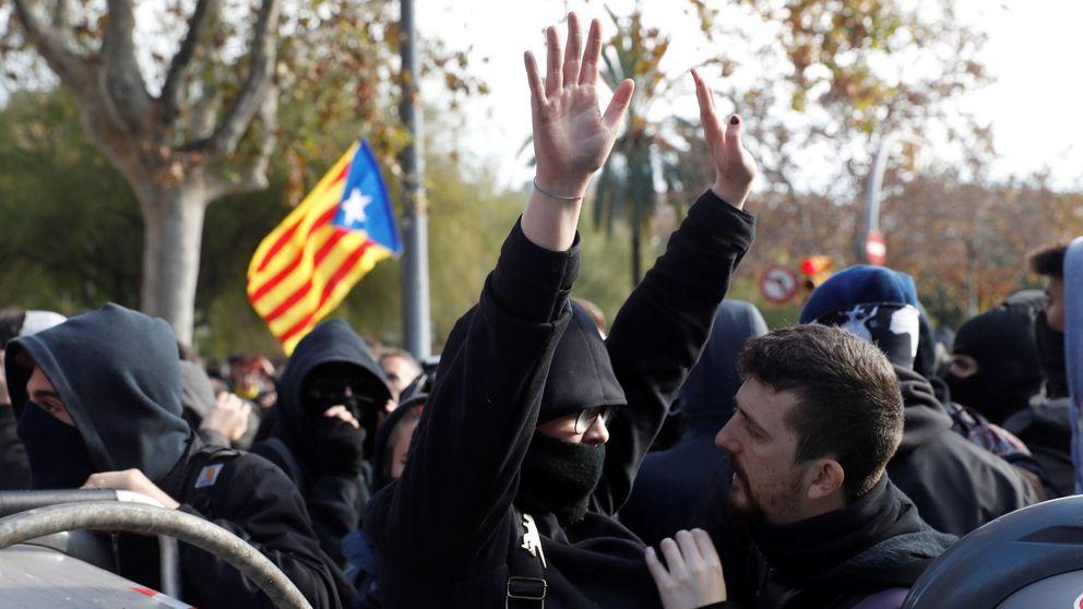 Manifestantes a cara destapada tratan de impedir que encapuchados lleguen a la Llotja