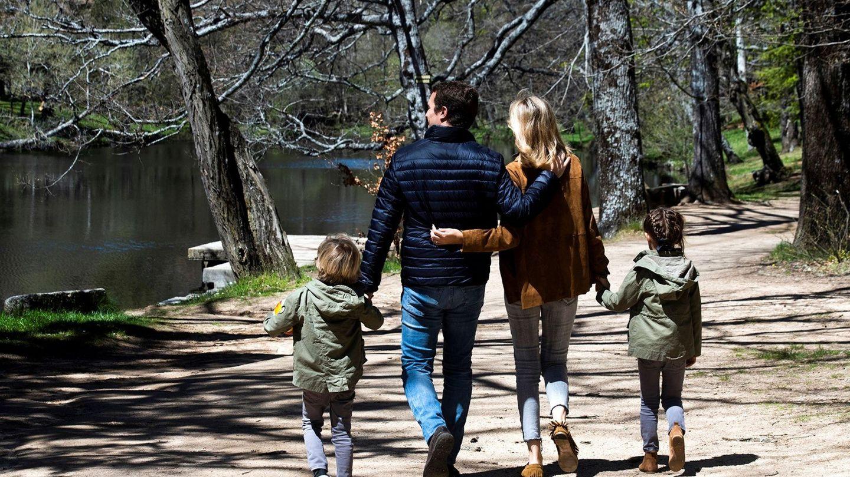 Pablo Casado e Isabel Torres pasean junto a sus hijos por la localidad abulense de Navas del Marqués. (EFE)