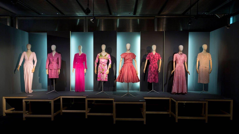 Algunas de las prendas de la exposición 'La vie en rose', del Museo del Traje. (Cortesía)