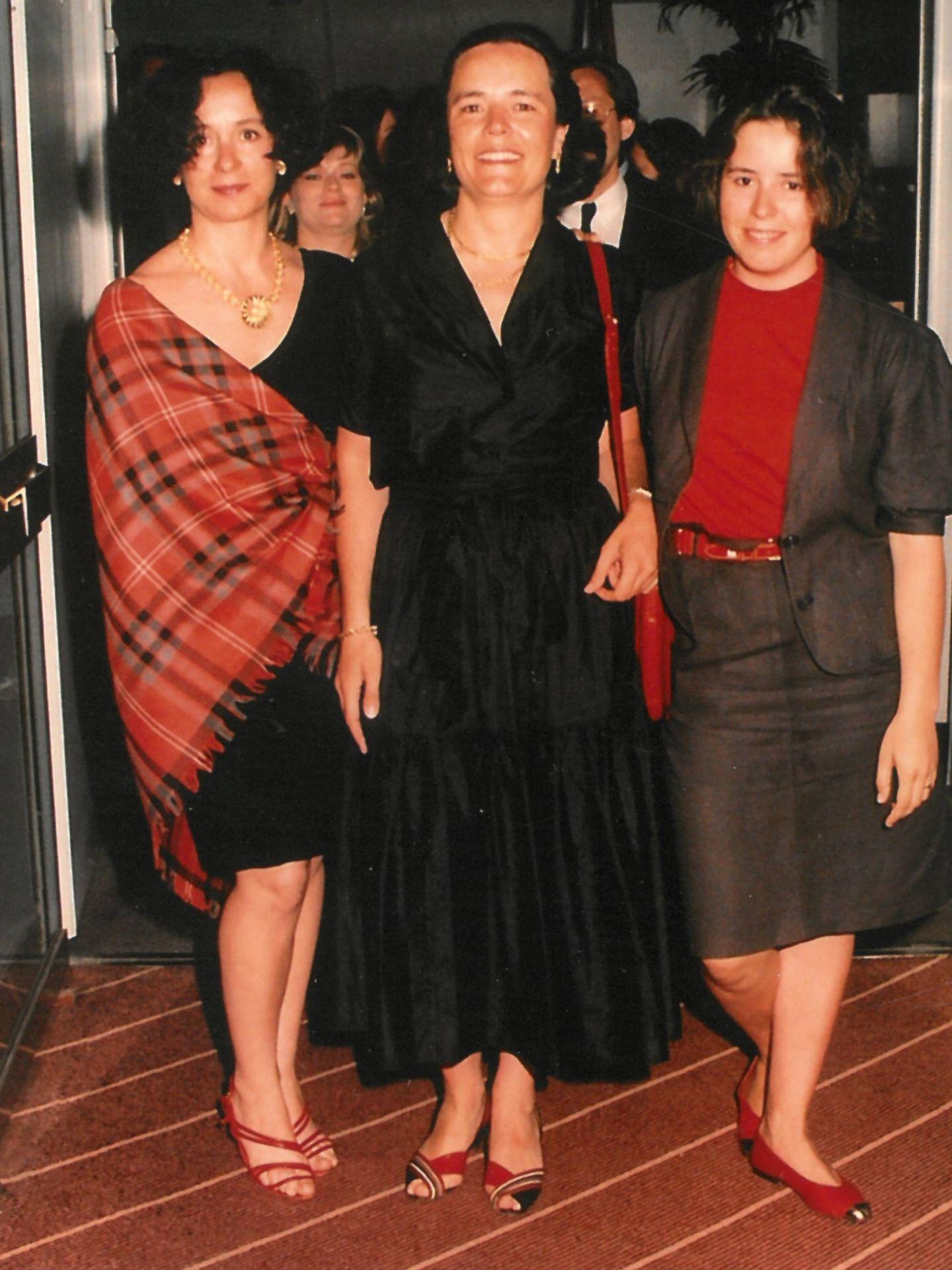 Con sus hermanas, Ana y Loyola. (Cortesía)