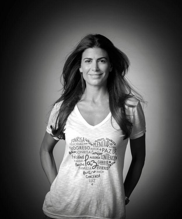 Foto: Juliana Awada posa con una camiseta solidaria en beneficio de la Fundación CONIN, en Argentina