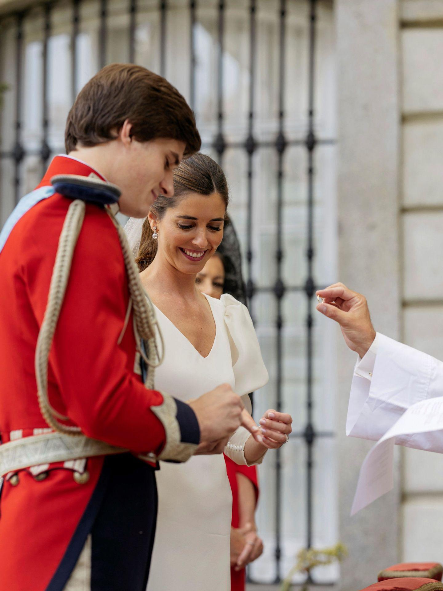 El momento de la entrega del anillo. (Alejandra Ortiz/EFE)