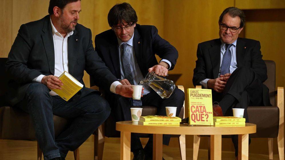 Foto: Oriol Junqueras, Carles Puigdemont y Artur Mas en la presentación del libro 'Cata...qué?'. (EFE)