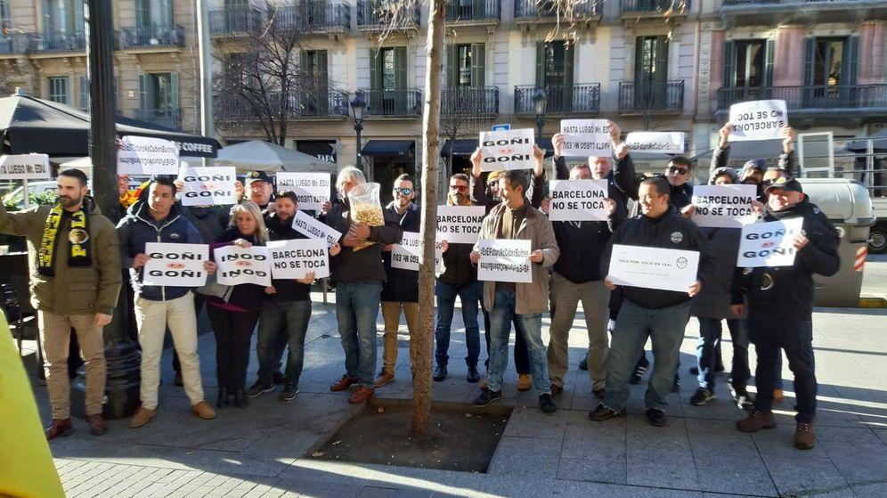 """""""Bye, Bye, Cabify"""". Escrache de los taxistas en Barcelona a los 'jefes' de las VTC"""