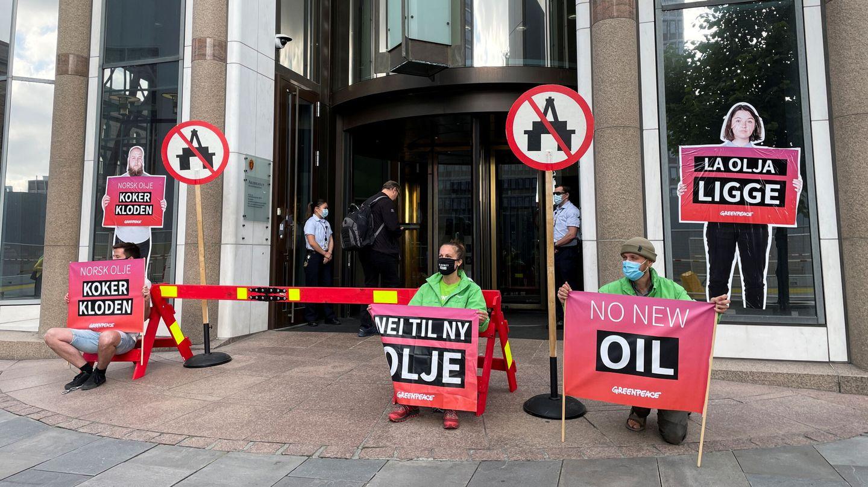 Activistas de Greenpeace se manifiestan en junio frente al Ministerio de Petróleo y Energía en Oslo. (Reuters)