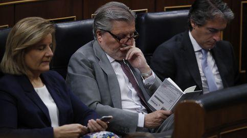 Libros para la moción de censura: Méndez de Vigo, 'pillado' leyendo en el Congreso