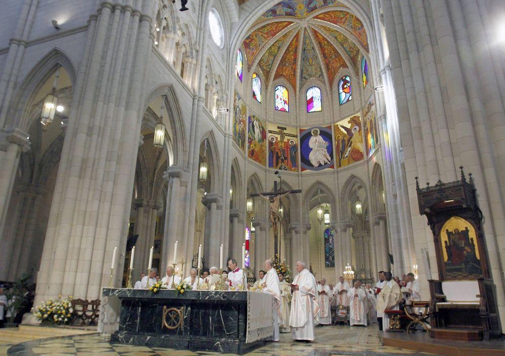 Foto: Interior de la catedral de La Almudena durante una misa de Benedicto XVI. (EFE)