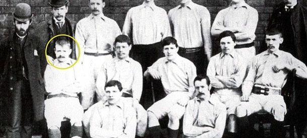 Foto: Kenyon Davenport (señalado por un círculo), autor del primer gol oficial de la historia.