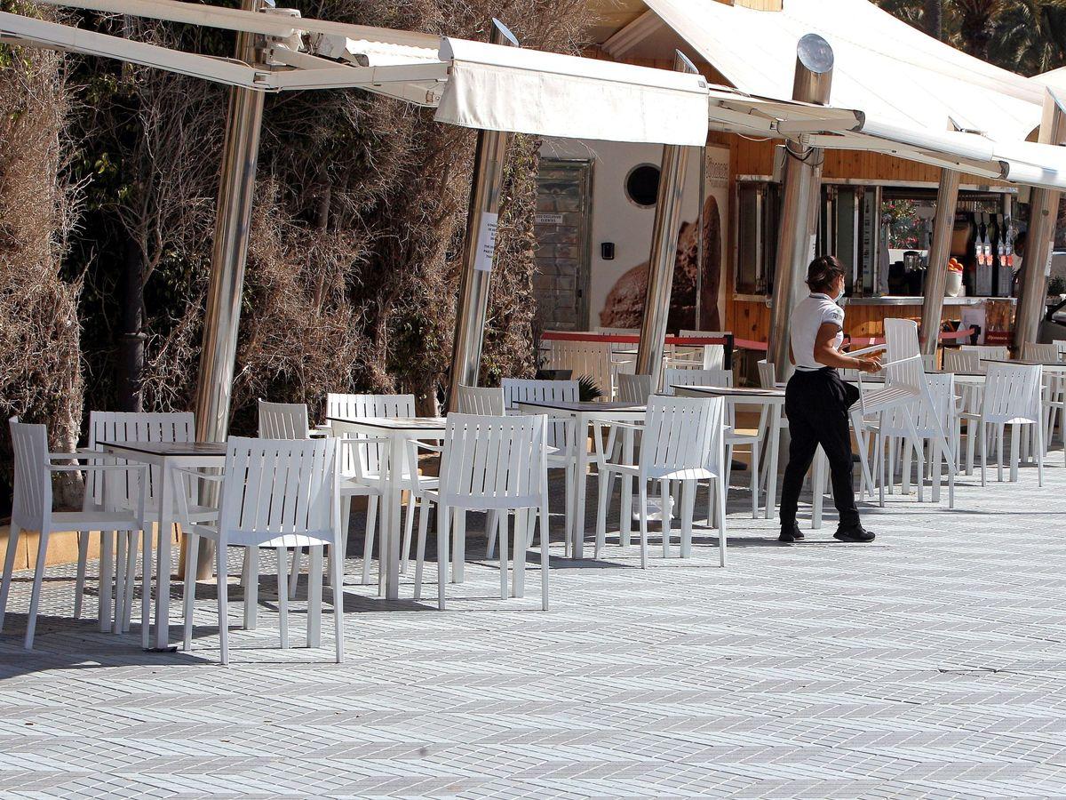 Foto: Terrazas en la zona de la playa de El Postiguet de Alicante durante la pandemia del covid-19. (EFE)
