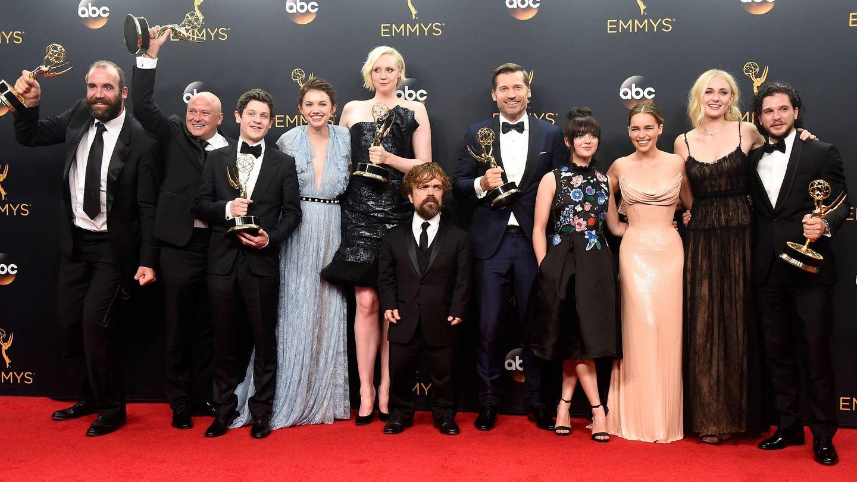 Emilia Clarke y el equipo de 'Juego de tronos'. (Getty)