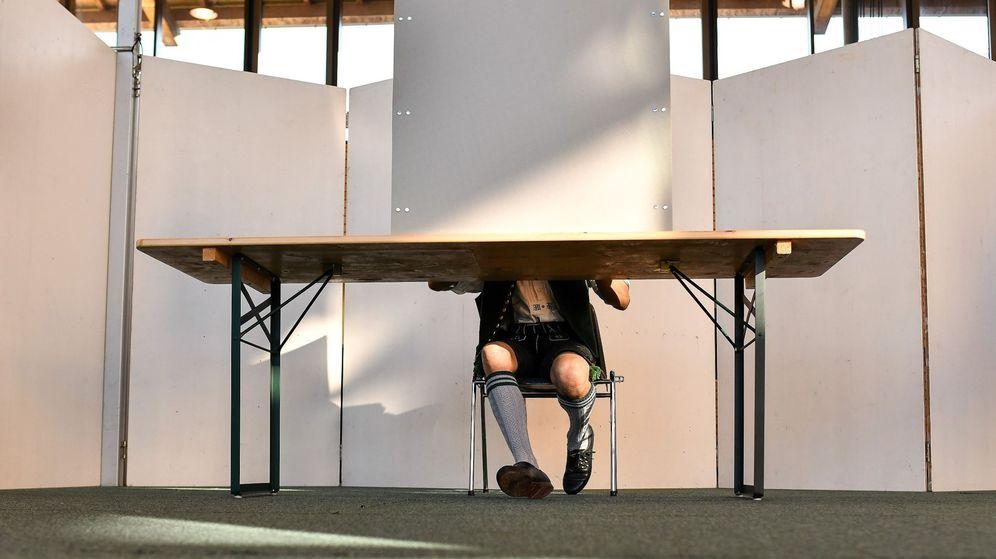 Foto: Un hombre, vestido en traje tradicional bávaro, ejerce su derecho al voto en un colegio electoral en Irschenberg (Alemania). (EFE)