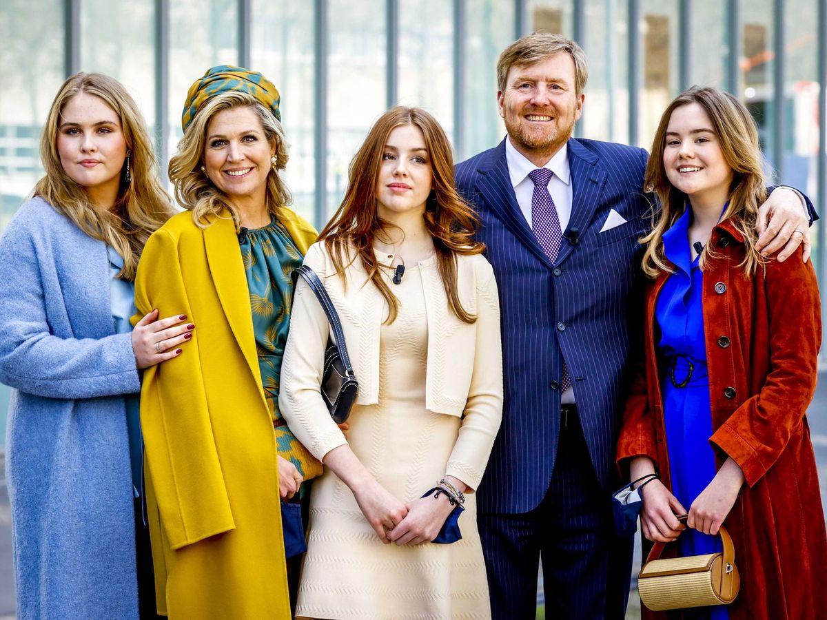 Foto: Los reyes de Holanda con sus tres hijas. (Efe)