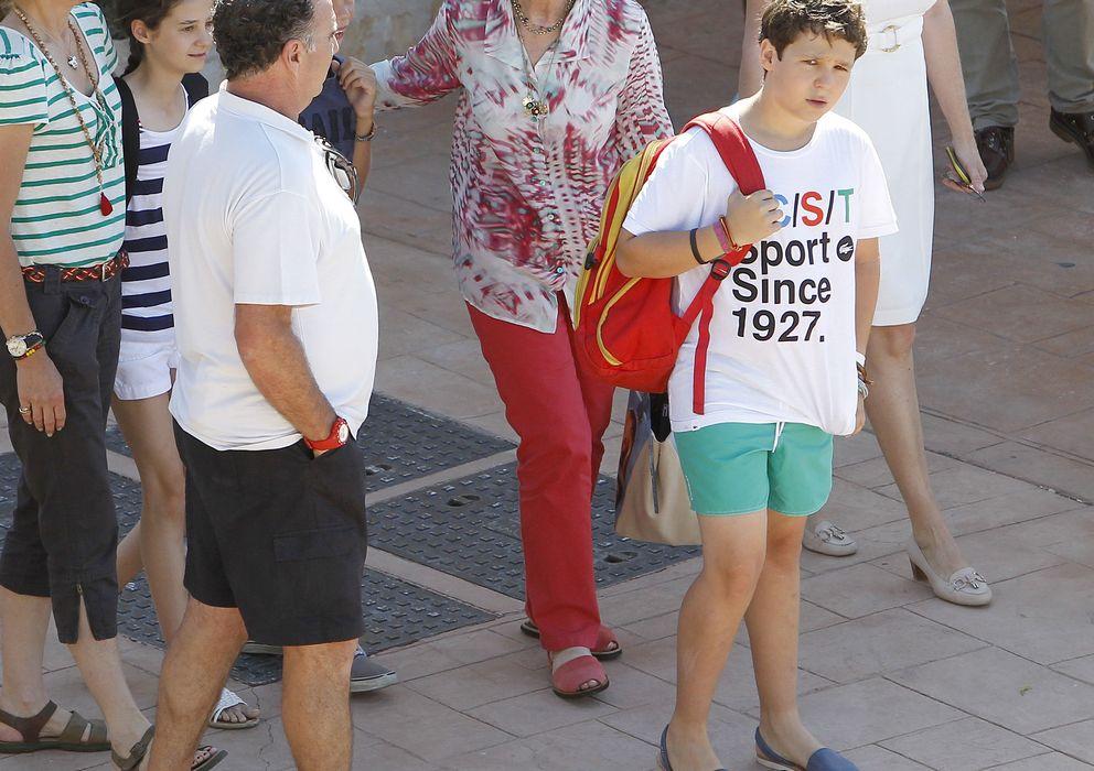 Foto: La Reina y algunos de sus nietos este lunes en Palma de Mallorca