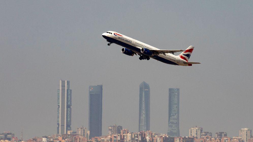 Foto: Un avión de British Airways (IAG) sobrevuela Madrid. (Reuters)