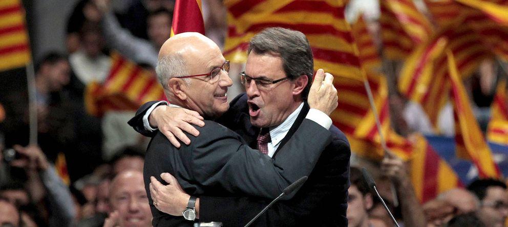 Foto: El candidato de CiU, Josep Antoni Duran i Lleida (i), se abraza al presidente de la Generalitat, Artur Mas (d) (Efe)