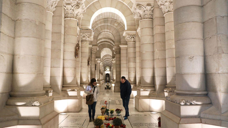 Visitantes de la cripta de la Almudena se paran ante la tumba de la hija de Francisco Franco, Carmen Franco, y el esposo de esta, Cristóbal Martínez-Bordiú, el pasado 14 de noviembre. (Reuters)