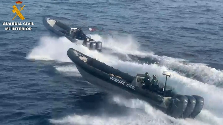 Agentes del Servicio Marítimo de Algeciras deteniendo una embarcación de contrabando de gasolina. (EFE)