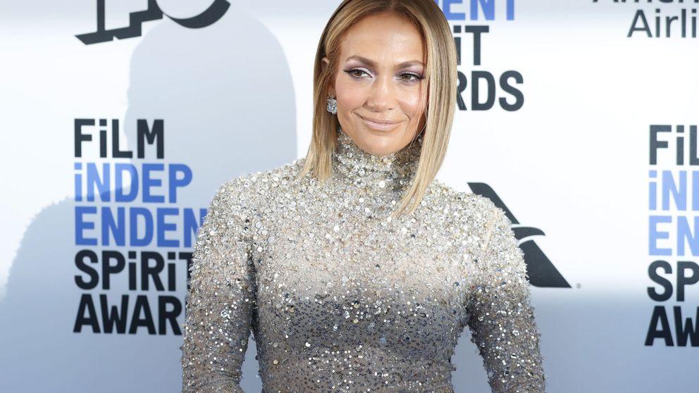 Jennifer Lopez sabe que la manicura de la primavera lleva oro y podemos hacerla en casa