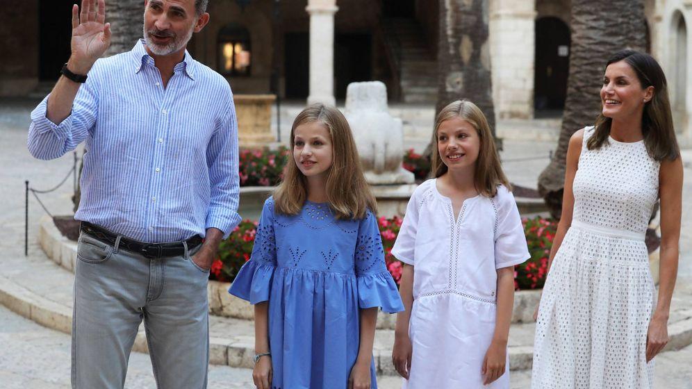 Foto:  Los reyes, con sus hijas en el Palacio de la Almudaina. (EFE)