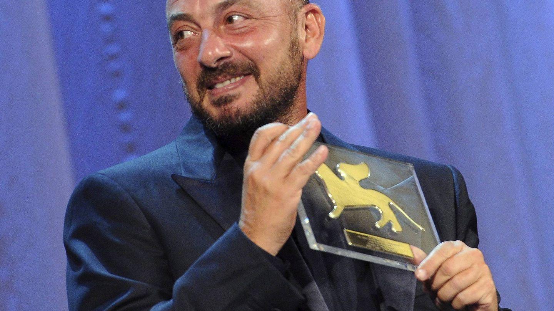 Emanuele Crialese posa con el premio especial del jurado por la película 'Terraferma' en el Festival de Venecia de 2011. (EFE)