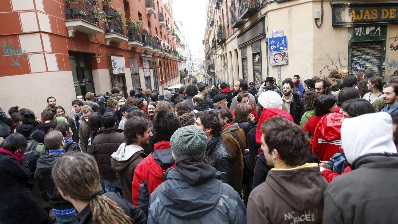 Foto: Decenas de personas se solidarizan con el Patio Maravillas tras conocer la orden de desalojo. (EFE)
