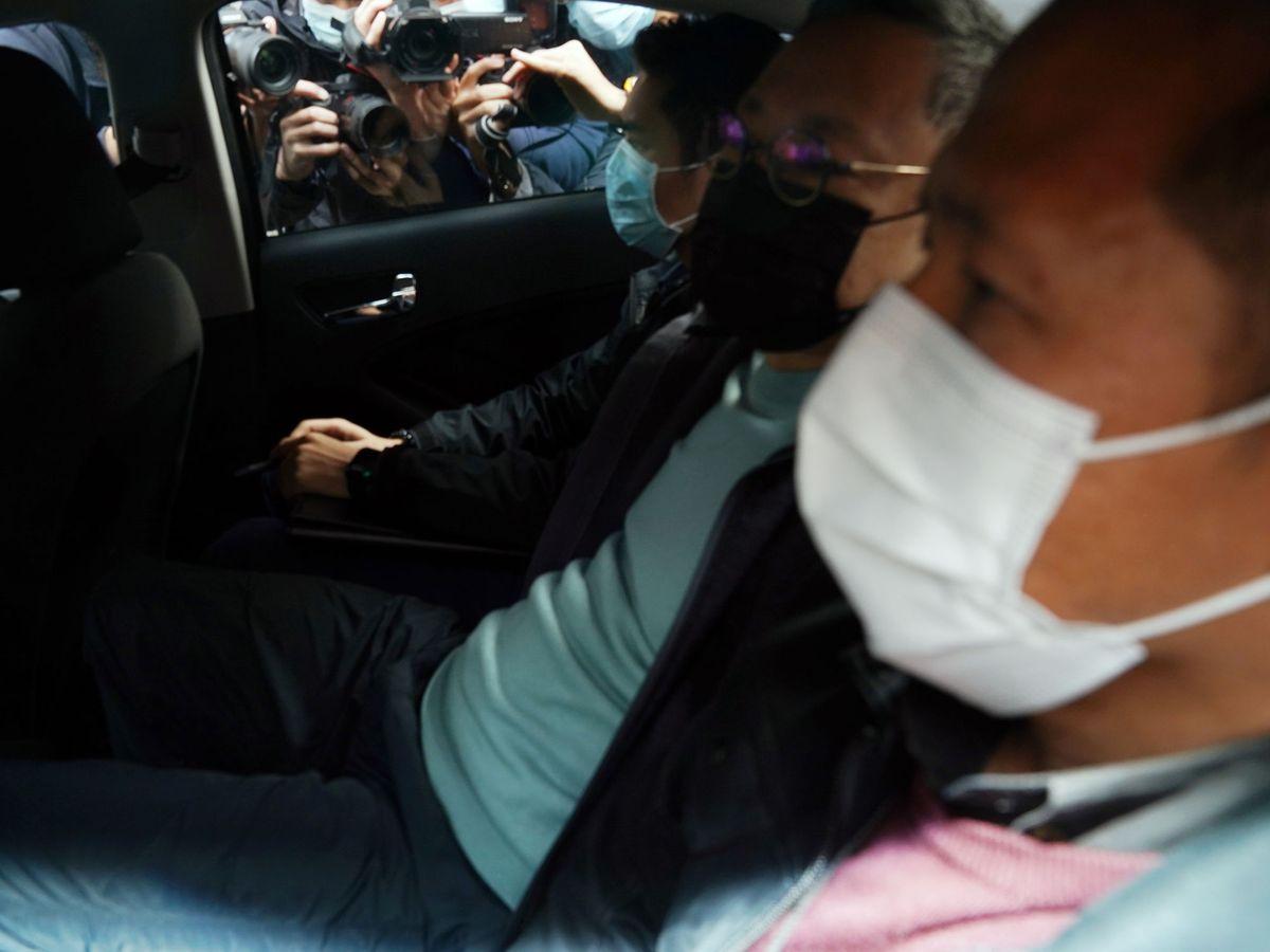 Foto: Benny Tai (el segundo por la derecha), en un coche de policía tras ser arrestado. (Reuters)