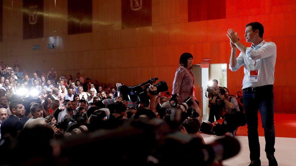 Foto: El líder del PSOE, Pedro Sánchez, saluda a los delegados asistentes al 39º Congreso Federal de su partido. (EFE)