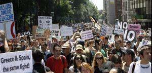 Los 'indignados' llaman a la huelga general