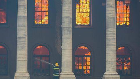 Un incendio arrasa una librería de más de 200 años y edificios históricos en Sudáfrica